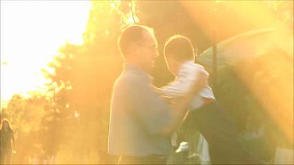 Отец играет с маленьким сыном 1