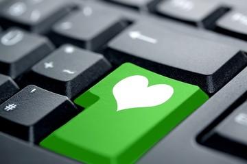 weißes Herz grüne Taste