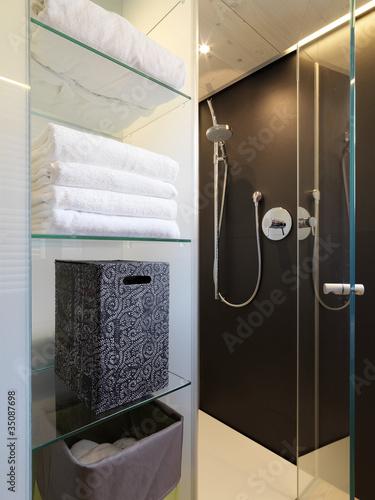 Doccia in muratura in bagno moderno immagini e for Box doccia in muratura foto