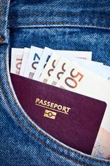 Passeport et billets dans poche de jean
