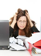 Haare raufen im Büro Überstunden