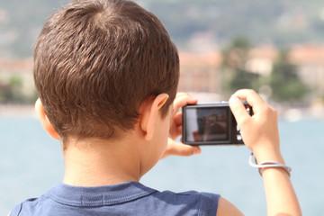 bambino che fotografa