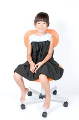 椅子に座る女の子