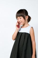 携帯電話で話をする女の子