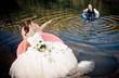 couple de mariés sur des bouées