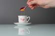 Zucchero di canna versato nel caffè