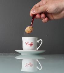 Zucchero rovesciato nella tazzina del caffè