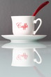 Tazzina da caffè su ripiano in vetro
