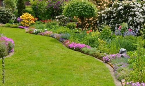 Garten mit Steingewächsen und Rhododendren