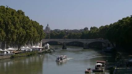 Roma, Ponte Vittorio con barca