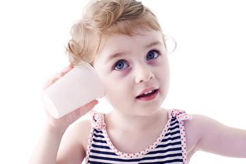 Bambina con telefono senza fili