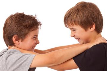 Geschwister Streit - Kampf zwischen zwei Jungen