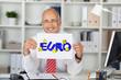 lächelnder mann im büro zeigt euro