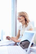 Atrakcyjne dojrzałe kobiety w biurze