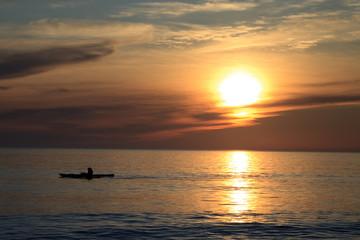 Naviguer au coucher de soleil