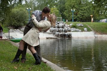 Двое влюблённых в парке.