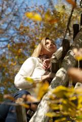 Junge gesunde blonde Frau im Herbst