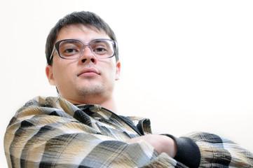 Молодой парень в очках