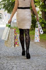 Frau beim shoppen mit Einkaufstaschen