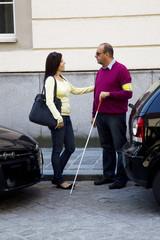 Frau und blinder, sehbehinderter Mann