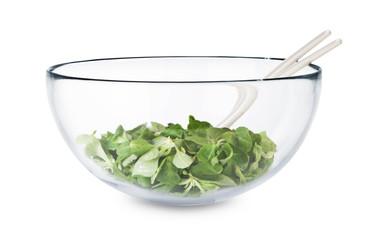 Salatschüssel mit Salatbesteck und grünem Salat vor weiss