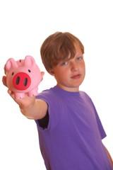 Teenager zeigt sein Sparschwein