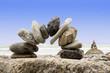Steinbogen am Meer vor blauem Himmel