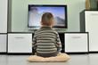 Leinwanddruck Bild - Kleinkind sitzt vor dem Fernseher und schaut einen Film
