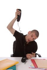 homme énervé au téléphone