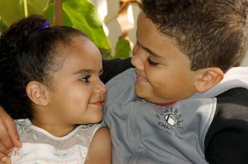 Irmãos olhando um para o outro com sorriso normal