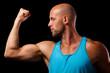 sportlicher Mann spann Oberarm an