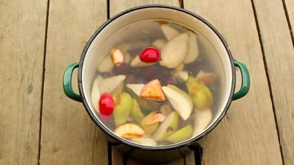 Owoce w garnku z wodą
