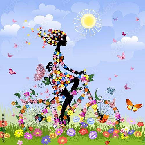 Dziewczyna na rowerze na zewnątrz w lecie
