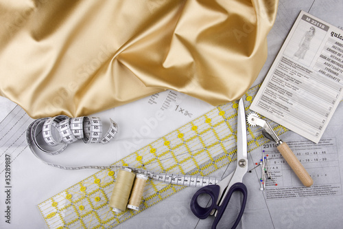 Stock Foto: Sewing kit with scissor and utensils