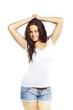retrato chica joven atractiva en fondo blanco