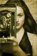 Mujer sujetando camara de fotos antigua
