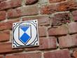 Leinwanddruck Bild - Denkmal Schild an Backsteinmauer
