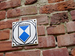 Denkmal Schild an Backsteinmauer