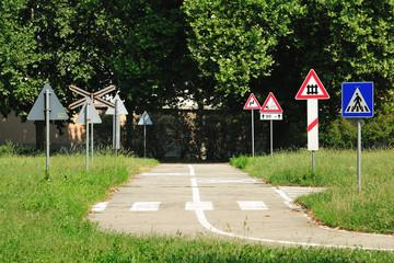Strada con segnali nel parco