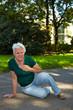 Seniorin mit Schlaganfall im Park