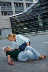 Passantin hilft Frau mit Herzinfarkt