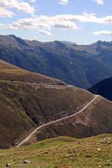 Die Straße hinab ins Tal