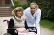 Frau im Rollstuhl mit Ärztin