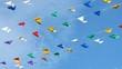 Fanions multicolores dans le vent