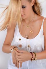 La jeune-fille aux bijoux or