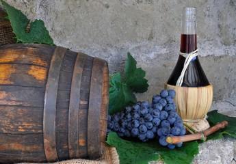 Fiasco di vino con grappolo d'uva