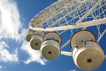 giostra nel cielo azzurro