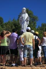 Medjugorie - pellegrini davanti alla Madonna sul Podbrdo