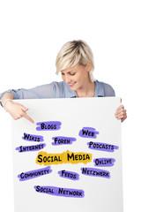 junge frau zeigt begriffe zu social media