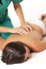 Krankenschwester massiert Rücken